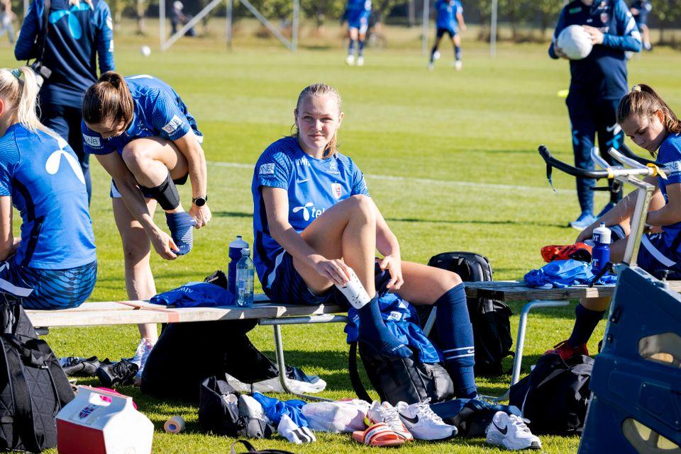 Frida Leonhardsen Maanum sitter på en benk og gjør seg klar til trening.