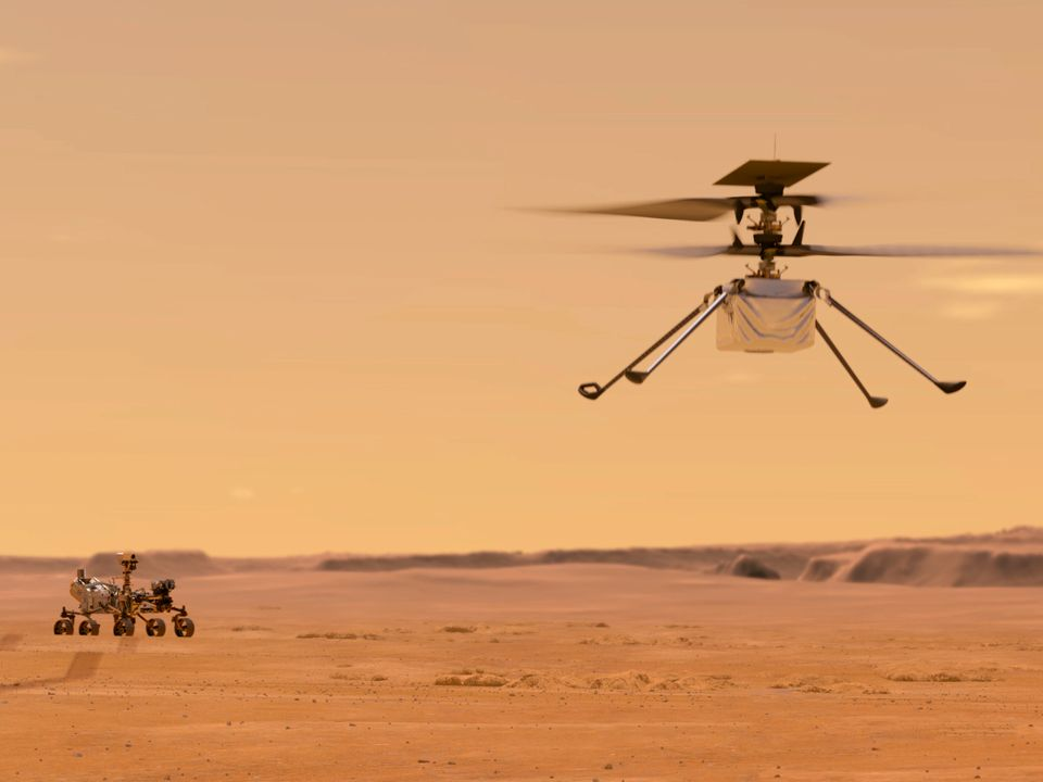 En hvit robot kjører på mars mens en annen hvit robot flyver over.