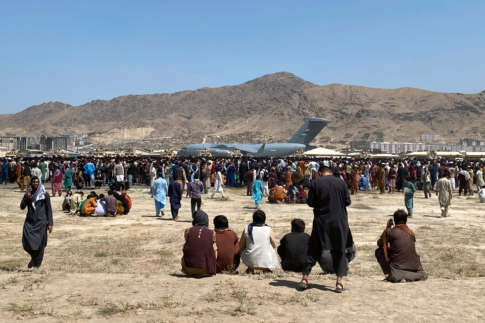 Tusenvis av mennesker samlet på flyplassen i Kabul.