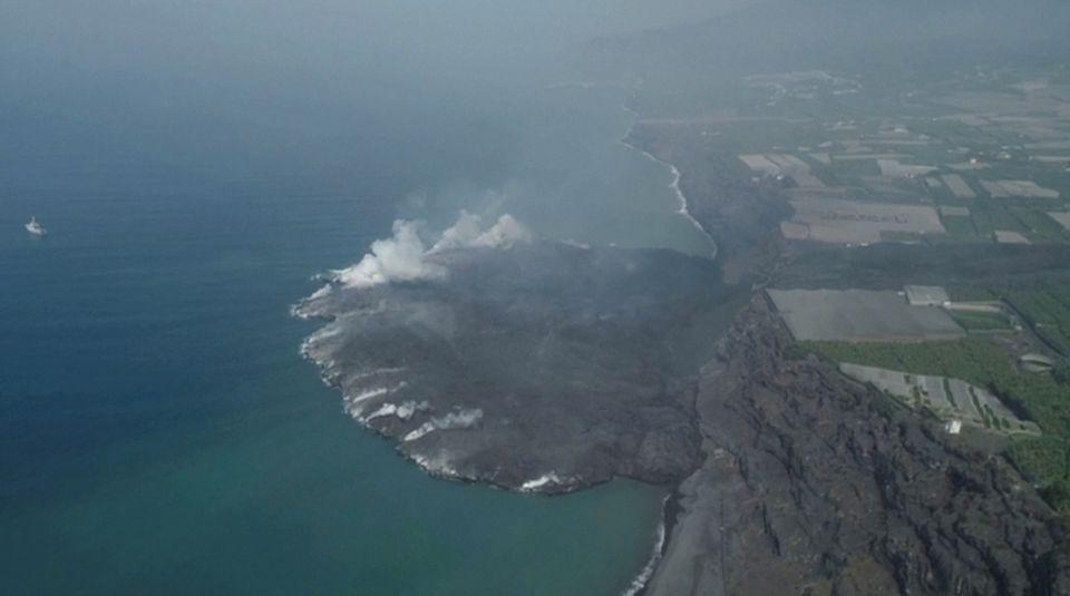 Oversiktsbilde av La Palma som viser at det er blitt laget en ny øy.