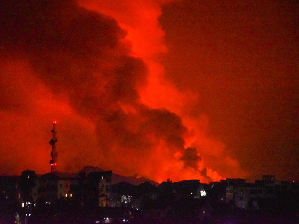 Vulkanutbruddet lyser opp natten i Kongo.