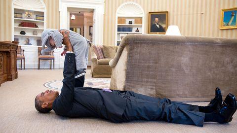 Barack Obama med lille Ella Rhodes, for anledningen utkledd som en liten Halloween-elefant. Ella elefant er datteren til Obamas sikkerhetsrådgiver Ben Rhodes. Pete Souza avbilder ofte presidenten med barn.
