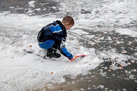 Matheo Alexander Val Koehler leker i såpeskummet på lekeplassen ved Garnes skole.