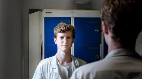 Når Nicolai Tell (33) blir tilbudt barnebillett på bussen, blir han ikke flau. Han tenker at planen hans virker.