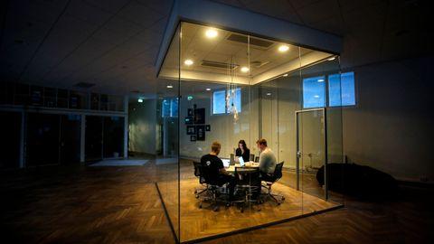 Timeliste-selskapet Timely er på plass i egne lokaler ved Akerselva i Oslo. Mathias Mikkelsen (til høyre) sammen med kollegaene Marius Ørvik og Melinda Johnsen