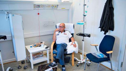 BEHANDLING: Kjell i en av stolene på Radiumhospitalet der han får behandling.