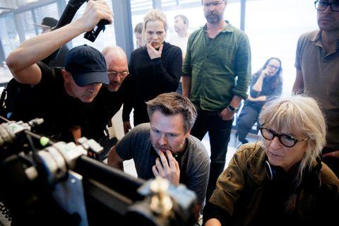 KATASTROFEELSKER: Martin Sundland (grønn skjorte) i Fantefilm har alltid elsket katastrofefilm. Nå legger han handlingen til hjembyen Oslo. Her studerer hans dagen scener sammen med Ane Dahl Torp, regissør John Andreas Andersen (foran) og andre medlemmer av filmcrewet.