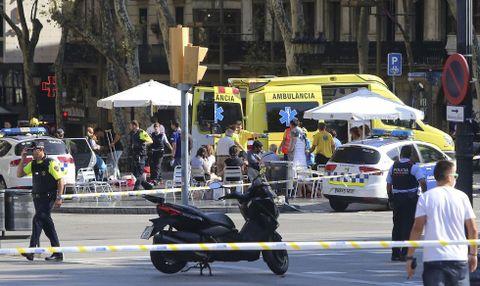 FOLKEMENGDE: En varebil kjørte inn i en folkemengde på turistgaten Las Ramblas i Barcelona fredag.
