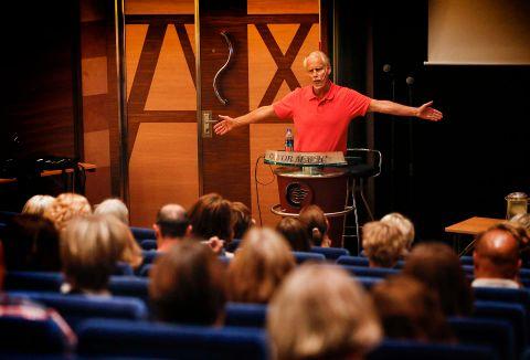 Rundt 250 ganger i året holder Ingvard Wilhelmsen foredraget «Sjef i eget liv. Hvordan kan vi best takle all verdens press, stress og omstilling». I vår var han hos kongen. På bildet motiverer han 106 ledere fra Oslo kommune på Kiel-fergen.