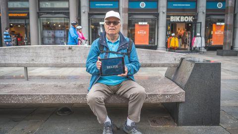 VINNER: Bjørn Knudsen (78) fra Sandviken viser frem vinneruttrykket.