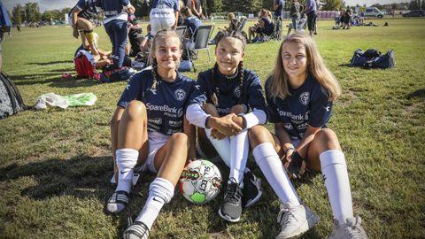 FOTBALL: 14-åringene Frida-Margrete Iversen Ellingsen (fra v.), Chatrine Skinstad og Sandra Grønlund deltar i Norway Cup med Modum.