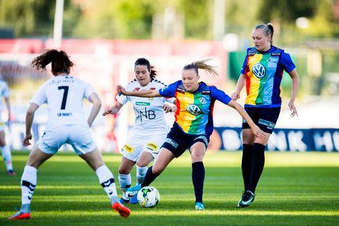 I REGNBUEFARGER: Både Stabæks dame- og herrelag spilte i regnbuefargede drakter i juni. Bildet er fra en toppseriekamp mellom Stabæk og LSK Kvinner på Nadderud stadion i juni i år.