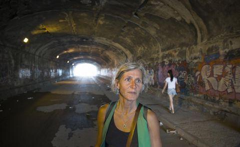 PÅ SPORET: Kristin Sørsdal er nokså sikker: i den andre enden av denne tunnelen, ligg bydelen Elena Ferrante har brukt som modell i «Mi briljante venninne».