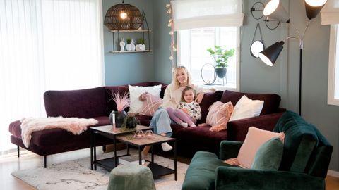 Silje Strømsnes og datteren Sofie har kvalitetstid i sofaen.
