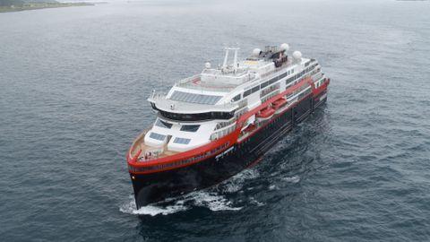 eb64fcd8 Etter mange skjær i sjøen, er det nye hurtigruteskipet MS Roald Amundsen  klar til å ta imot passasjerer. Men etter jomfruturen, blir skipet knapt å  se langs ...