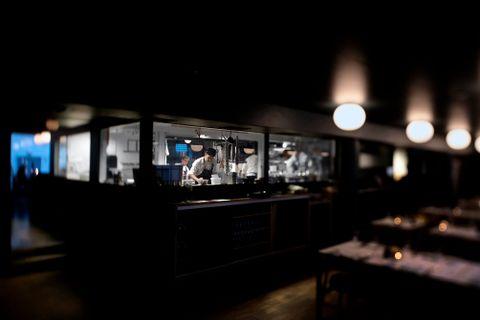 KJØKKEN MED UTSIKT: To trinn opp fra der gjestene sitter og spiser lager kokkene mat bak et vindu med utsikt over hele restauranten.