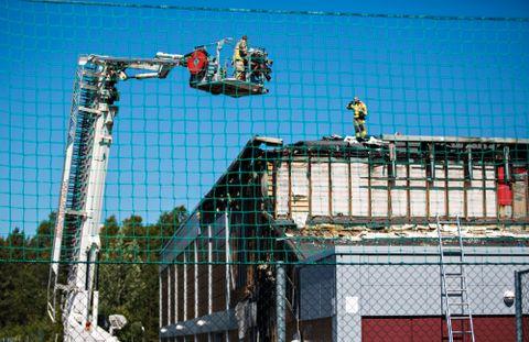 ETTERARBEID: Slik så hallen ut da brannen var slukket. Brannfolk måtte rive opp veggene for å komme til der det brant.