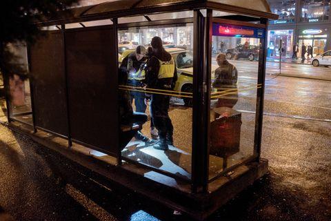 KNIVALARM: Det har kommet melding om bråk og en mann med kniv ved et utested på Torget. Politiet har skilt partene og har fått kontroll på den ene i et busskur.