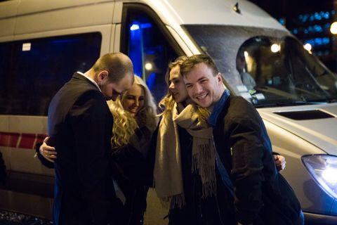 MAXITAXI: Per Schøpwinkel, Marte Helland, Kristina Lærdal og Bård Flage på vei fra vors til utestedet Ricks. – Nå har vi dårlig tid, køen er allerede kjempelang!
