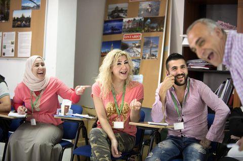 Kulturkrasj: Latteren sitter løst i klasserommet i Amman. Kulturformidleren og bergenseren Bassam Minzalji gir Nawal (fra v.), Anita og Samaan og 12 andre syriske kvoteflyktninger kultursjokk før reisen til Norge.