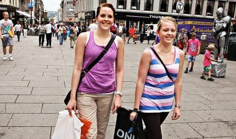 f2bd64dd Søstrene Wenche (t.v.) og May Britt Meådalen har handlet klær i minst tre  butikker da vi møtte dem på Karl Johan. De forstår godt at Oslofolk bruker  mer på ...