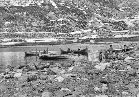 Sjøsamer på fiske i Lærredsfjord. Noten trekkes inn.