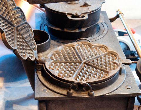 GAMMELT VAFFELJERN: Før strømmen kom, og du bare kunne plugge i, var vaffeljernet laget i jern.
