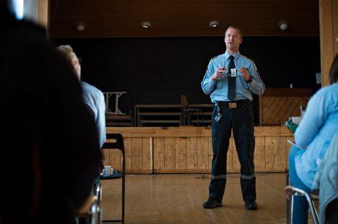 SKOLEBESØK: Endre Gorm Laukeland drar av og til på skolebesøk.