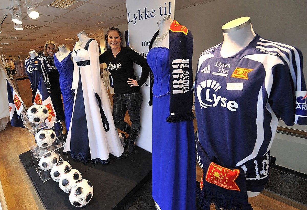 52732e7e Silje Stokka (t.v.) og Trine Rasmussen hos Agape Stavanger viser frem den  hvite og blå Viking-kjolen. Knut S. Vindfallet