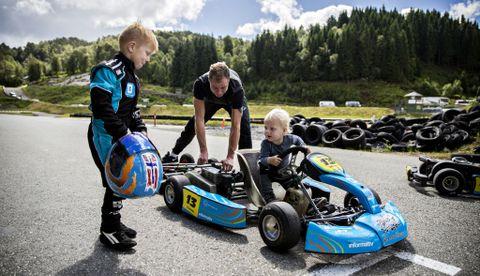 EN SKAL TIDLIG KRØKES: Nathaniel J. Ludvigsen (2) prøvesitter Fredrik sin gokart.