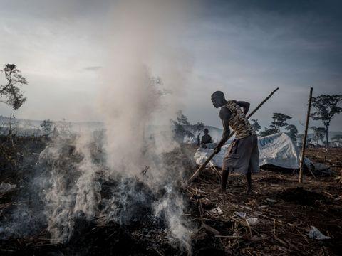 MER PLASS: Gress og kratt brennes for å gi plass til de nyankomne flyktningene fra Den demokratiske republikken Kongo. Uganda huser allerede over 1,4 millioner flyktninger fra nabolandene, hvorav over en kvart million er fra Kongo.