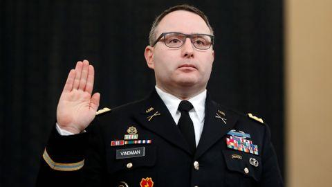 Oberstløytnant  som  vitnet  mot  Trump,  går  av