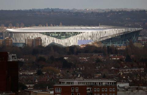 Midt i et område med rød murstein har det landet. En moderne fotballstadion midt i en London-bydel av det mer lurvete slaget.