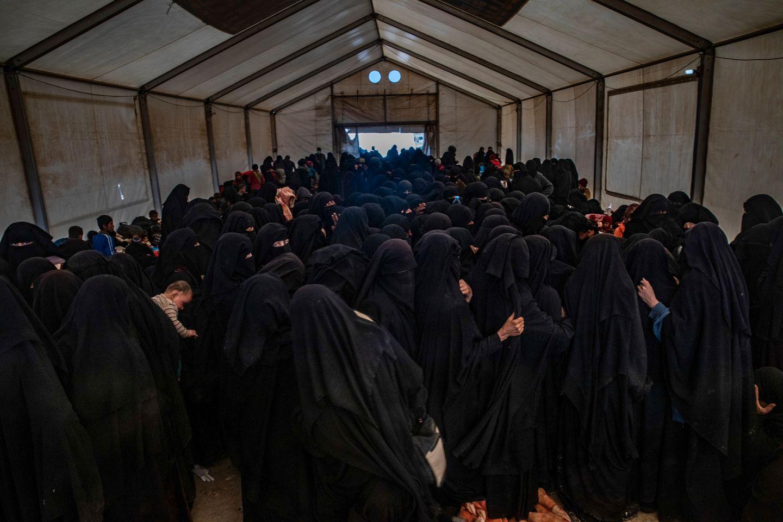 Evakuerte kvinner håndhever IS-justis i leiren. Lærer barna å kaste stein på kvinner uten slør.