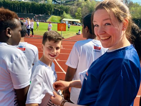 NUMMER: Alle lag måtte ha på seg samme nummer. Her får Alexander (13) på Bergen Kristne grunnskole hjelp av læreren sin til å feste det på brystet.