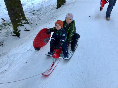 UNNA VEI: Ola (4) og Edvard (6) akte sammen med mammaen sin fra toppen av Fløyen. – Snart kommer pappa med ski! fortelle de.