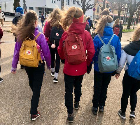 MATCHENDE SEKKER: Det var mange av jentene som hadde Fjellreven-sekk på turen.
