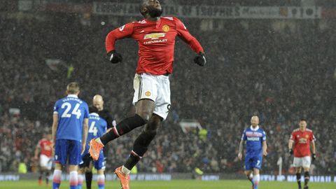 Manchester United topper tabellen over fotballklubbene med størst omsetning. Her jubler Romelu Lukaku for en scoring.