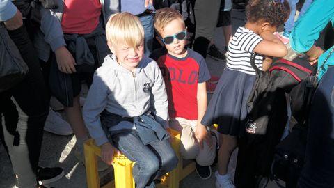 SOL I FLEISEN: Martinus (11) og Aksel (6) var heldige å få noen bruskasser før konserten. De bruker de til å sitte eller stå på. – Vi ser bedre fra kassen, konstaterer Martinus.