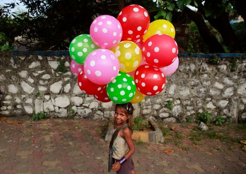 FEIRER JENTEDAGEN: En indisk jente feirer jentedagen 11. oktober 2015 i Mumbai.