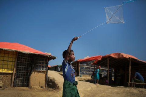 PÅ FLUKT: En liten gutt som er rohingya muslim flyr en drage utenfor teltet han bor i med familien sin. Han er på flukt.