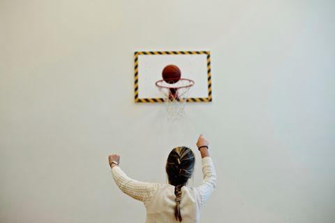 TRENING: En av få ting som minner om et vanlig tenåringsliv er baskettreningen på sykehuset.