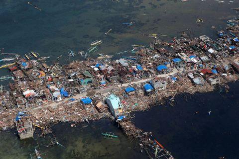 Bilder tatt fra luften over katastrofeområdet i 2013 viste hvor enorme ødeleggelsene etter tyfonen Haiyan var. Minst 600.000 personer ble rapportert drevet bort fra sine hjem.