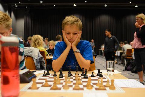 FLERE ALDRE: Frederik (11) har spilt mot en person på over 80 år.