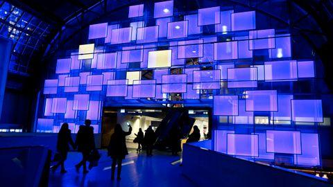 Denne lysinstallasjonen i Østbanehallen, laget av ÅF Lighting, kalles «Soloppgang», og er hentet ut fra opplevelsen av å gå inn på stasjonen i gamle dager og se lyset som strømmet inn fra åpningen i øst.