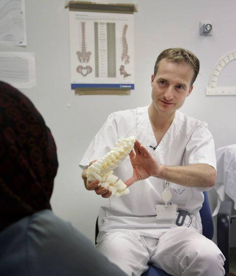RYGGRAD: Kirurg AndreasOttersen Seip viser frem en modell av Zahras forvridde ryggsøyle, slik den så ut før operasjonene. Behandlingen Zahra har vært gjennom er så smertefull at Seip ikke har noe annet ord for det enn tortur.