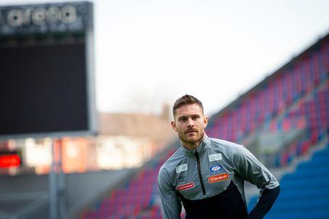 Når Vilhjálmsson står på banen og terper, kan han samtidig se helt hjem til leiligheten i blokkene rett bak reklameskiltet.