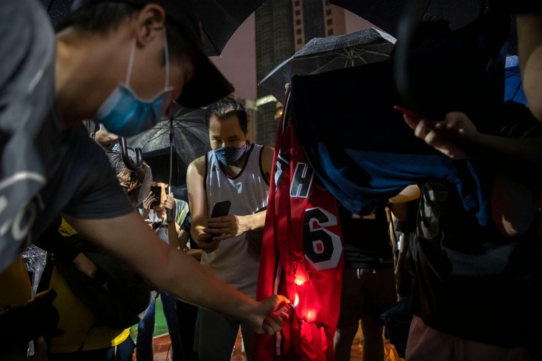 Basketstjernen blandet seg inn i konflikten mellom Kina og Hongkong. Nå brennes draktenes hans.