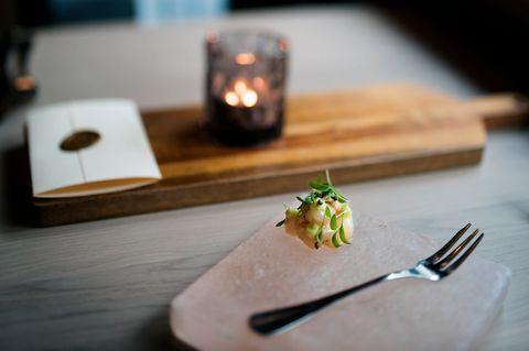 FORRETT: Den rå kveiten serveres på saltstein med soya, syltet sennepsfrø og koriandermajones.