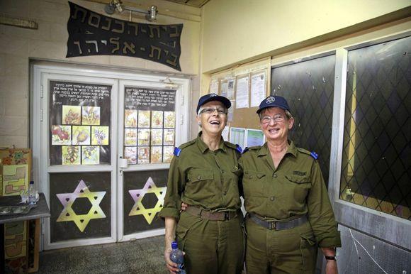a7d79e43 Ellen Tostensen (t.v.) og Unni Wehus hadde hvite uniformer da de studerte  sammen i Bergen i 1965 for å bli sykepleiere. Her har de på seg  olivengrønne ...